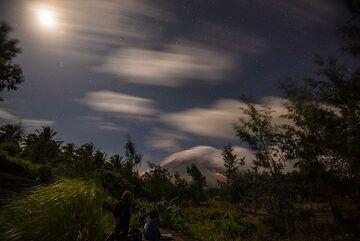 The near full moon illuminates our observation point. (Photo: Tom Pfeiffer)