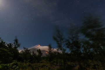 Most of the evening, the volcano remains largely hidden in the clouds. (Photo: Tom Pfeiffer)