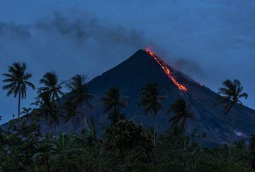 The southern lava flow becomes visible after sunset. (Photo: Tom Pfeiffer)