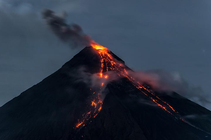 Lava flows and a small ash plume, about 400 m tall, from the explosions in the previous picture. (Photo: Tom Pfeiffer)