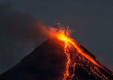 Similar eruption a few minutes later. (Photo: Tom Pfeiffer)