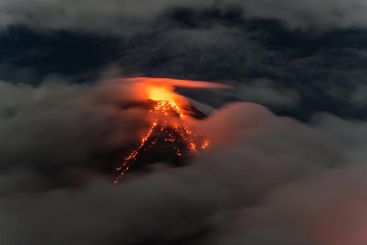 Last view of Mayon before the summit disappears in the clouds again. (Photo: Tom Pfeiffer)
