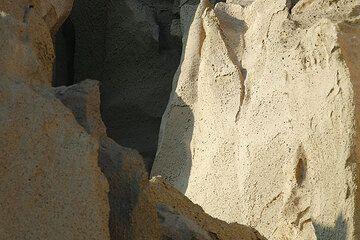 Massive ash flow deposit (1600 BC Minoan eruption) (Photo: Tom Pfeiffer)