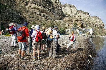 Starting a hike on the caldera beach at Apothikes (Photo: Tom Pfeiffer)