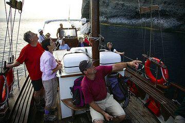 Boat tour in the caldera (Photo: Tom Pfeiffer)