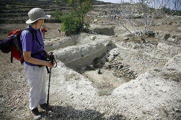 Raos excavation at the caldera rim showing pre-Minoan ruins of walls (Photo: Tom Pfeiffer)