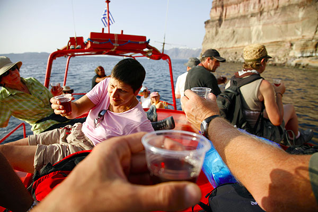 Aperitif on board with Sostis' own wine (Photo: Tom Pfeiffer)
