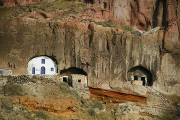 Agios Christos chapel in the cliffs (Photo: Tom Pfeiffer)