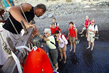 Getting on board of Minas' kaiki (Photo: Tom Pfeiffer)