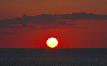 The sun is touching the horizon. (Photo: Tom Pfeiffer)