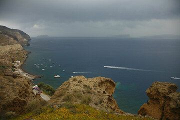 View over the caldera with a storm cloud (Photo: Tom Pfeiffer)