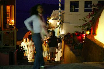 Evening out in Oia (Photo: Tom Pfeiffer)