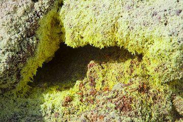 Monoclinic sulphur crystals at a fumarole on Nea Kameni (Photo: Tom Pfeiffer)