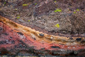 Colorful old volcanic tuff layers in the cliffs of northern Santorini (Photo: Tom Pfeiffer)