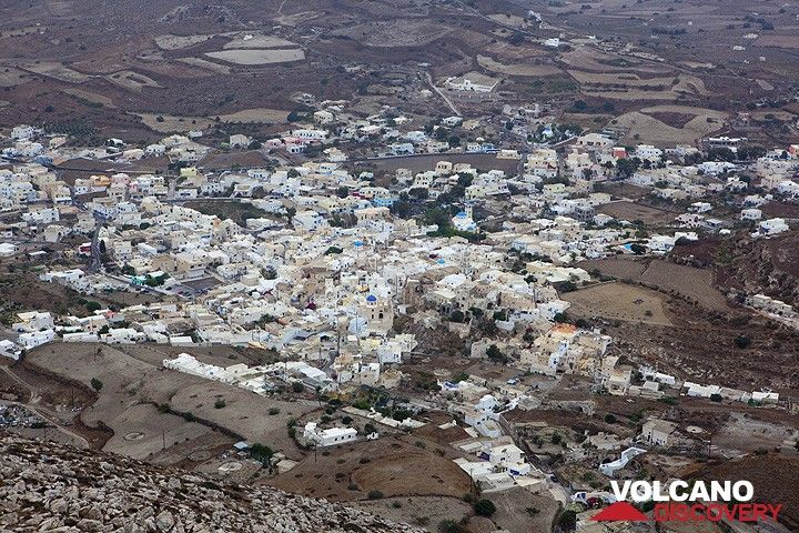 The village of Emporio seen from above (Photo: Tom Pfeiffer)