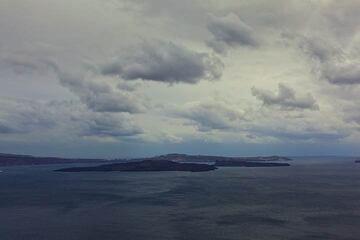 View of Nea and Palea Kameni volcanic islands in the center of the caldera of Santorini (Photo: Tom Pfeiffer)