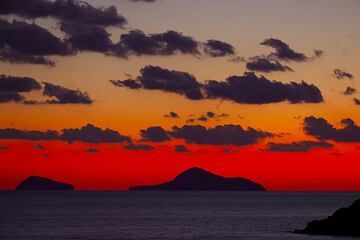 Colorful sunset at Akrotiri (Santorini), in Oct 2011, with extremely clear view towards the volcanic Christiania islands. (Photo: Tom Pfeiffer)
