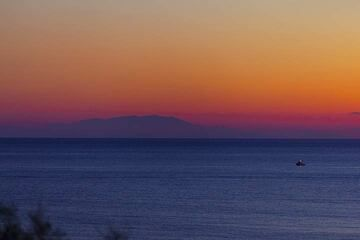 An exceptionally clear view of 120 km distant Crete from Akrotiri on Santorini. The silhouette of the White Mountains is as crisp as almost never seen before. (Photo: Tom Pfeiffer)