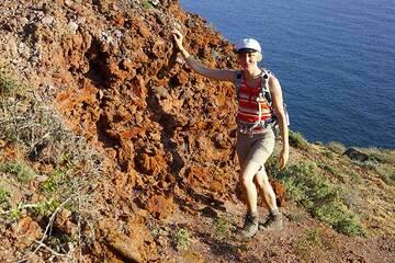 Isabel at a beautiful outcrop of the spectacular welded scoria flow deposit (Upper Scoria II eruption) near Faros. (Photo: Tom Pfeiffer)