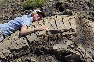 Isabel seems to like the volcanic bomb very much... (Photo: Tom Pfeiffer)
