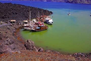 Shallow submarine hydrothermal activity stains the sea water around Nea Kameni island (Photo: Tom Pfeiffer)