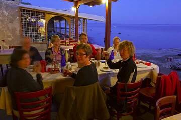 "Dinner in one of the coziest and best beach tavernas on Santorini (""Cave of Nicolas"" at the Akrotiri beach) (Photo: Tom Pfeiffer)"