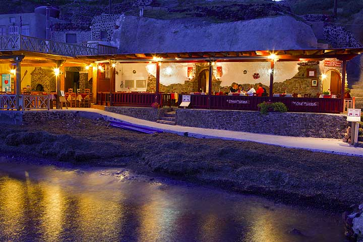 The Cave of Nicolas tavern at the Akrotiri beach in the evening (Photo: Tom Pfeiffer)