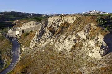 Pumice canyon between Megalochori and Pirgos, Santorini (Photo: Tom Pfeiffer)