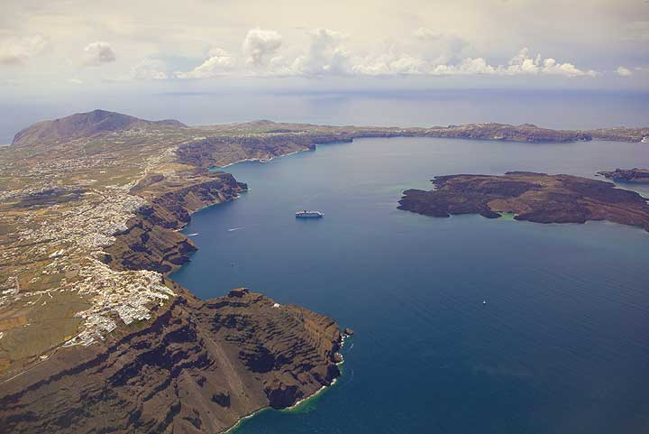 The eastern half of the caldera of Santorini with the towns of Imerovigli and Fira on the caldera rim, and Nea Kameni volcanic island in the right of the picture. (Photo: Tom Pfeiffer)
