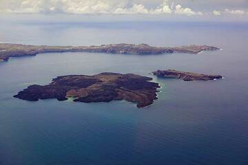 (L) del Nea Kameni y Palea Kameni islas volcánicas en el centro de la caldera de Santorini desde el aire.La península de Akrotiri, en la parte de atrás... (Photo: Tom Pfeiffer)