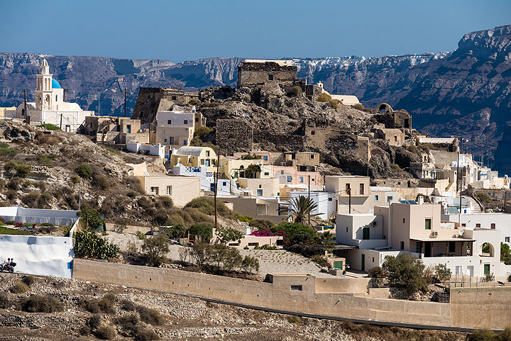 View of the castle and center of Akrotiri village, eastern caldera walls in the background. (Photo: Tom Pfeiffer)