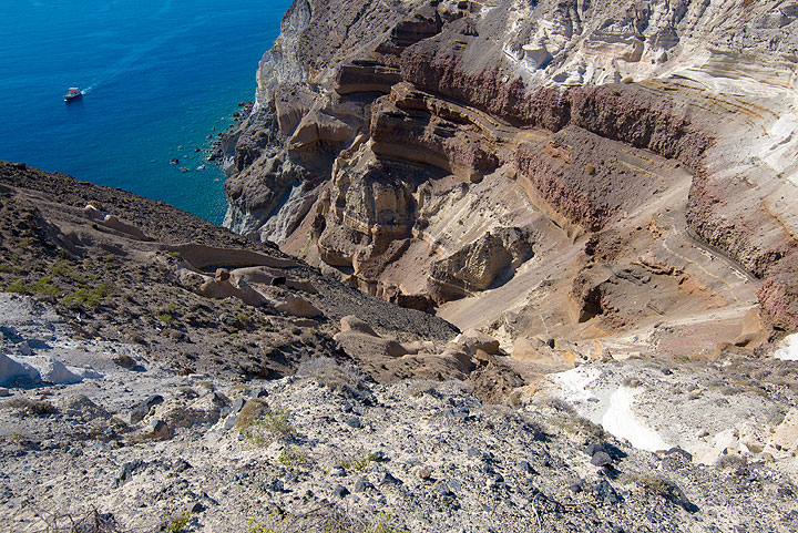 Dramatic steep cliff of pyroclastic layers near the lighthouse (Photo: Tom Pfeiffer)
