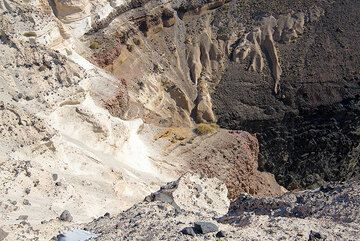 Pyroclastic layers (pumice and ash flow / fall) draping an old cone (dark unit, lower right background) (Photo: Tom Pfeiffer)