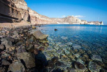 Mesa Pigadia beach on Santorini (Photo: Tom Pfeiffer)