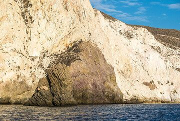 Submarine white tuffs covering a darker intrusion (cryptodome), sea cliff between White and Red beach (Photo: Tom Pfeiffer)