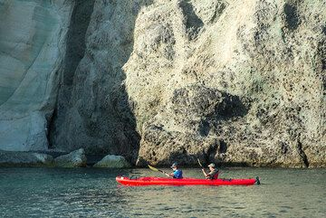Exploring the fascinating cliffs of Santorini by sea kayak is a great way to enjoy the scenery (Photo: Tom Pfeiffer)