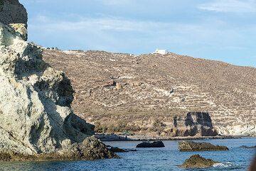 Southern coastline of Santorini (Photo: Tom Pfeiffer)