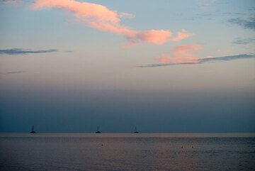 Sunset mood at the south coast (Photo: Tom Pfeiffer)