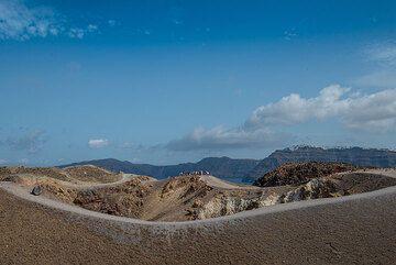 View across the main crater of Nea Kameni volcano (Georgios crater) (Photo: Tom Pfeiffer)