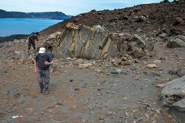 Checking out large volcanic bombs (Photo: Tom Pfeiffer)