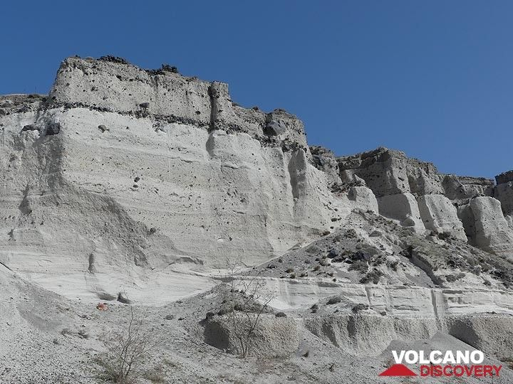The walls in this quarry near Akrotiri show the 4 different layers that were deposited during the last major eruption of Santorini ca. 3600 years ago. (Photo: Ingrid Smet)