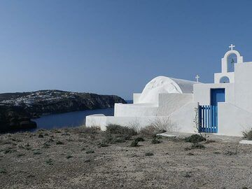 White washed chapels and churches with 'Aegean blue' doors and roofs are strewn all over the islands. (Photo: Ingrid Smet)