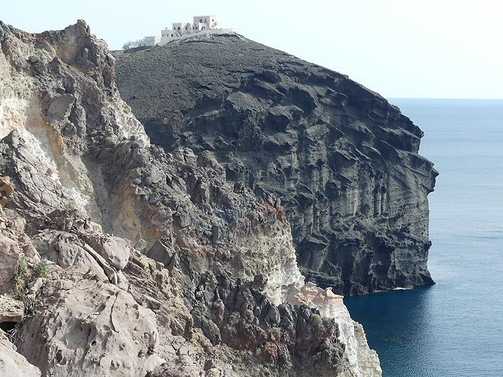 View from the lighthouse towards the white, grey and blackish cliffs that represent the oldest volcanic deposits on Thera, formed during explosive activity under and near the sealevel some 650 000 years ago. (Photo: Ingrid Smet)