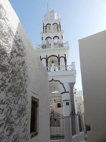 Elegant church tower amidst the closely packed small houses of Emporio. (Photo: Ingrid Smet)