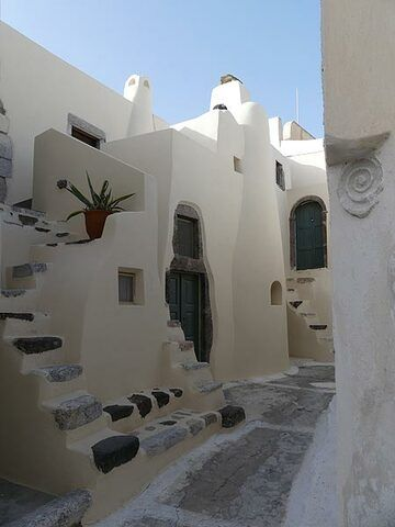 Typical Aegean small houses with narrow staircases in the 'castle' of Emporio. (Photo: Ingrid Smet)