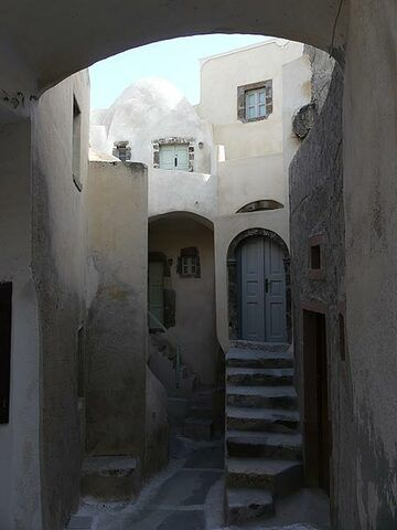 Wondering around in the narrow street of the old part, 'castle' of the traditional village of Emporio. (Photo: Ingrid Smet)