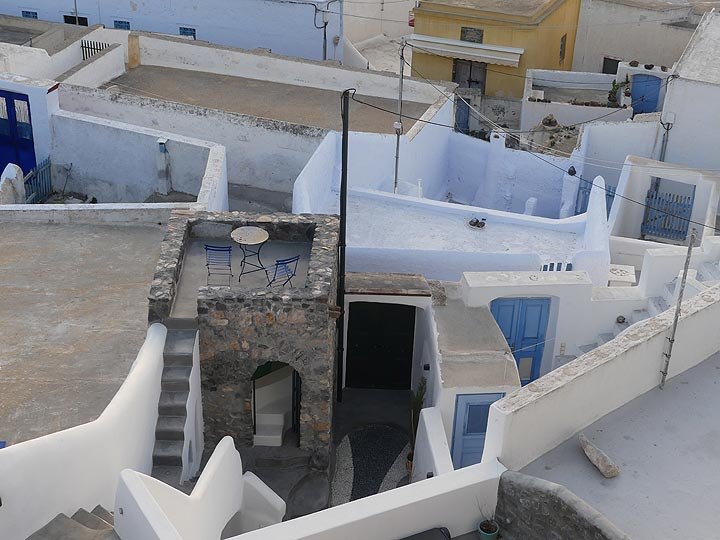 Tea for two on the roofs of Pyrgos. (Photo: Ingrid Smet)