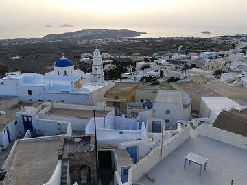 View from Pyrgos towards the southern part of Thera island with Akrotiri peninsula (centre), Aspronisi island (right) and the Christiani isles (left). (Photo: Ingrid Smet)