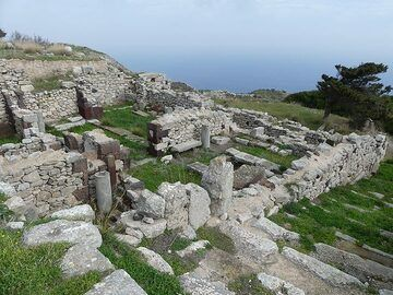 Originally founded by Dorian colonists from Sparta ca. 800 BC the ancient town of Thera expanded over time with buildings representing also Egyptian and Roman influences. (Photo: Ingrid Smet)