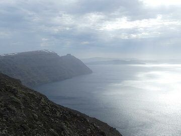 View towards the southern part of the caldera walls on a foggy winter day. (Photo: Ingrid Smet)